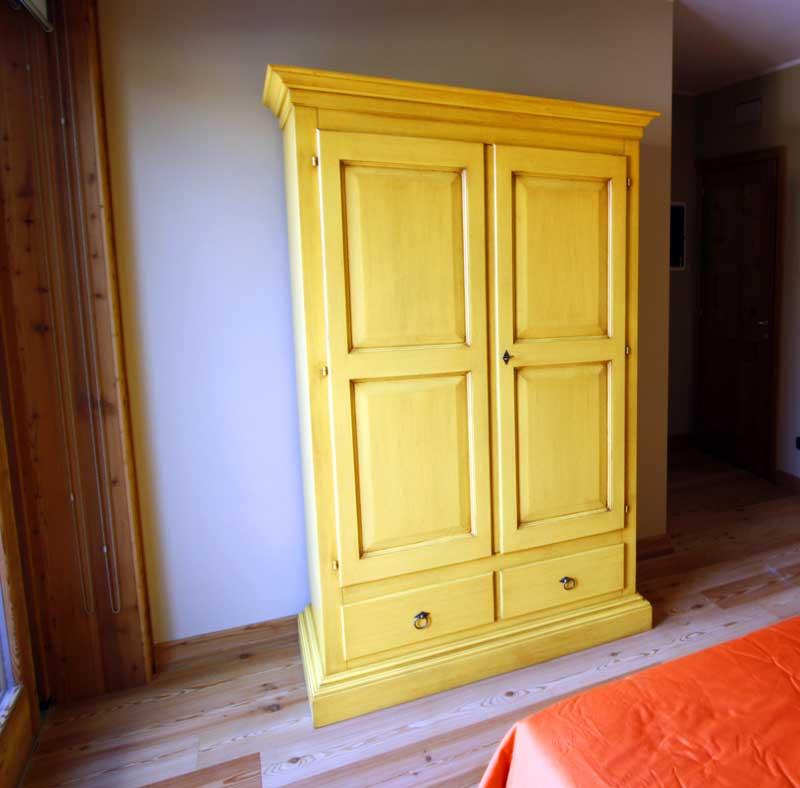 Matrimoniale gialla armadio